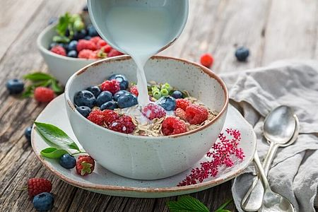 Müsli-Schale mit frischen Früchten und Milch