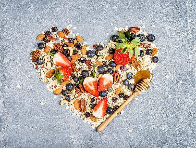 Herz aus Hafer, Nüssen, Erdbeeren und Heidelbeeren