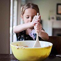 Kind rührt Kuchen