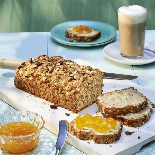 Bananen-Nuss-Brot mit Kaffee daneben