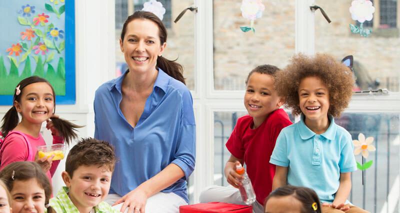Lehrerin mit ihren Schülern in der Klasse