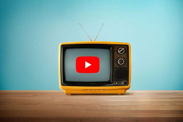 Gelber Fernseher auf Holztisch