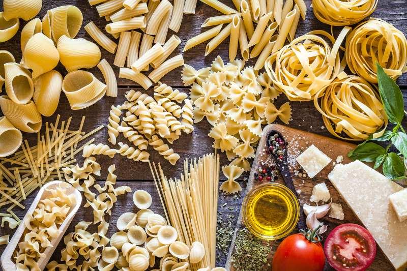 Unterschiedliche Pastasorten mit Parmesan und Tomaten
